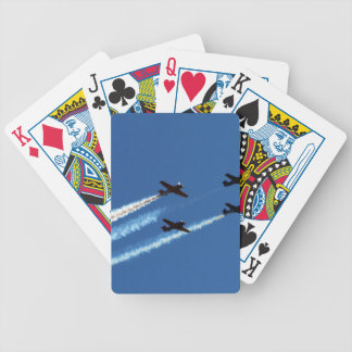 cuatro aviones que vuelan con el cielo azul de los baraja de cartas