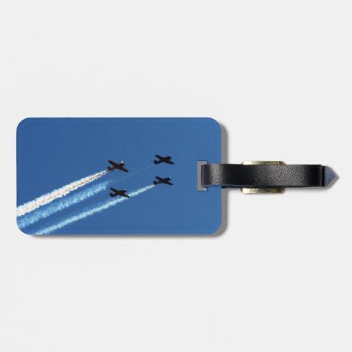 cuatro aviones que vuelan con el cielo azul de los etiqueta para maleta