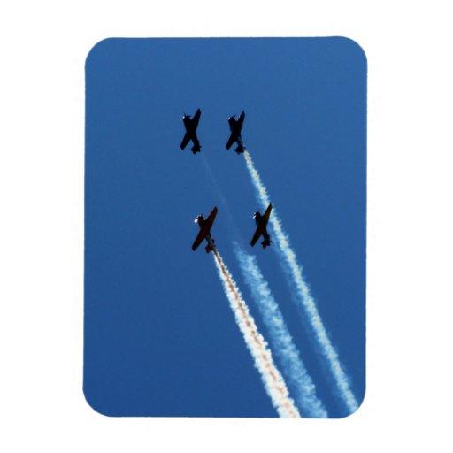 cuatro aviones que vuelan con el cielo azul de los rectangle magnet