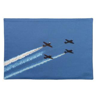 cuatro aviones que vuelan con el cielo azul de los mantel individual