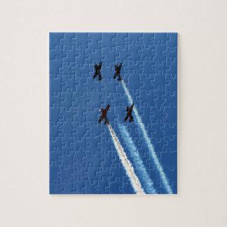 cuatro aviones que vuelan con el cielo azul de los rompecabeza
