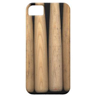 Cuatro bates de béisbol viejos en fondo negro iPhone 5 cárcasa