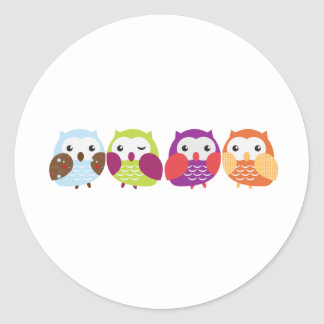 Cuatro búhos coloridos etiquetas redondas