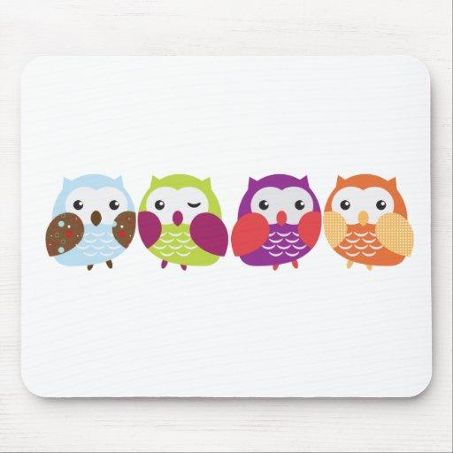 Cuatro búhos coloridos tapetes de ratón
