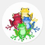 Cuatro camisetas y regalos de las ranas etiquetas redondas