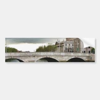 Cuatro cortes y el río de Liffy en Dublín Etiqueta De Parachoque
