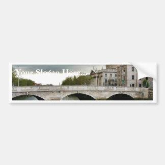 Cuatro cortes y el río de Liffy en Dublín Pegatina De Parachoque