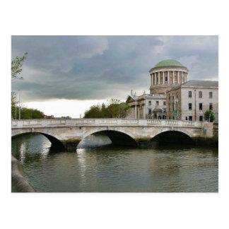 Cuatro cortes y el río de Liffy en Dublín Tarjeta Postal