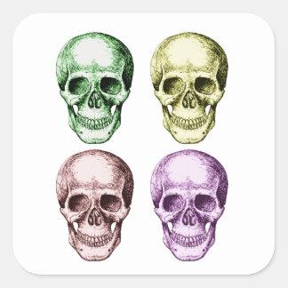 Cuatro cráneos humanos pegatina cuadrada