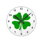 Cuatro día del St Patty afortunada del trébol el | Reloj Redondo Mediano