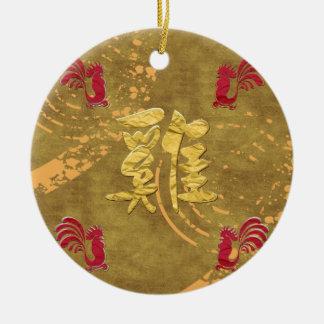 Cuatro gallos rojos que corren en el diseño adorno navideño redondo de cerámica