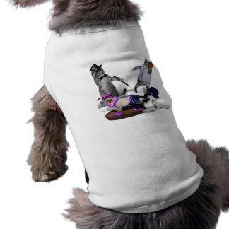 Cuatro gatitos en el juego camisas de perritos