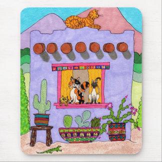 Cuatro gatos en una casa de Adobe púrpura Alfombrillas De Ratón