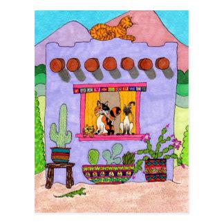 Cuatro gatos en una casa de Adobe púrpura Postal