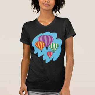 Cuatro globos coloridos del aire caliente playera