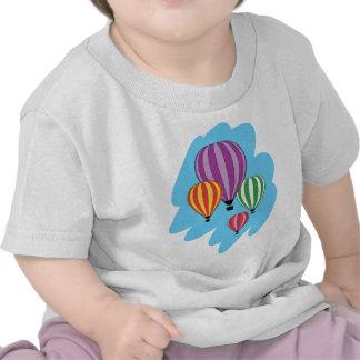 Cuatro globos coloridos del aire caliente camiseta