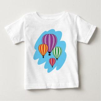 Cuatro globos coloridos del aire caliente playeras