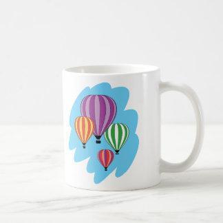 Cuatro globos coloridos del aire caliente taza
