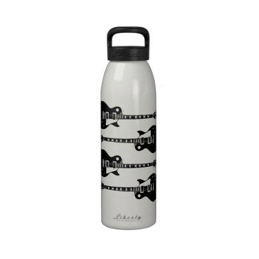 Cuatro guitarras eléctricas en negro y blanco botella de agua reutilizable