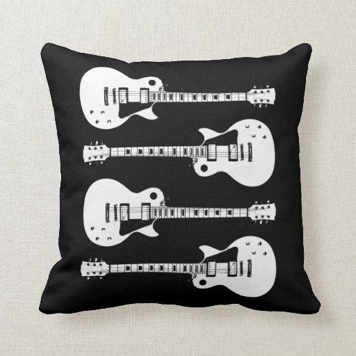 Cuatro guitarras eléctricas en negro y blanco cojín