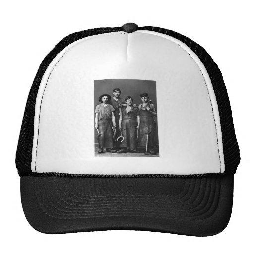 Cuatro herreros jovenes - foto 1881 del vintage gorras