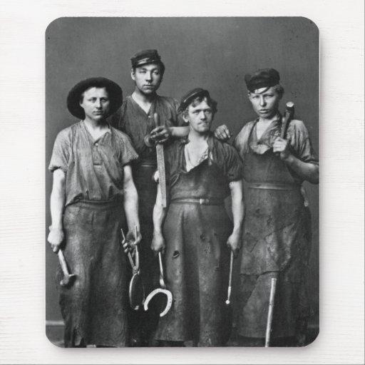 Cuatro herreros jovenes - foto 1881 del vintage tapete de raton