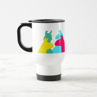 Cuatro llamas en cuatro colores de la llama - un g taza de café