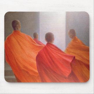 Cuatro monjes en pasos del templo alfombrilla de ratón