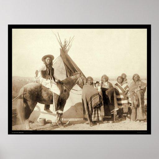 Cuatro mujeres indias de Lakota delante del tipi S Poster