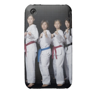 Cuatro mujeres jovenes que se colocan en la posici iPhone 3 cobreturas