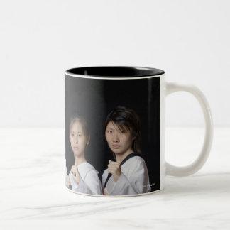 Cuatro mujeres jovenes que se colocan en la taza de dos tonos