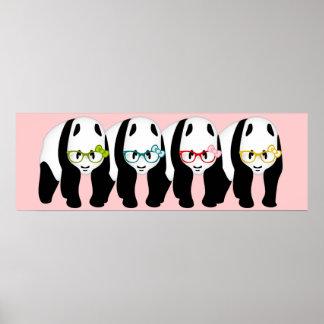 Cuatro osos de panda que llevan los vidrios póster