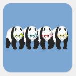 Cuatro pandas que llevan los vidrios calcomanía cuadrada
