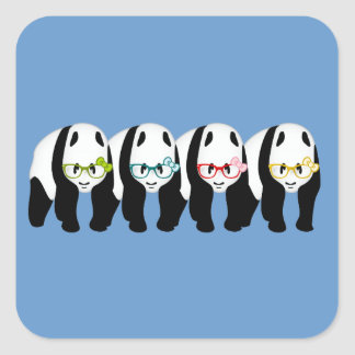 Cuatro pandas que llevan los vidrios pegatina cuadrada