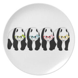 Cuatro pandas que llevan los vidrios plato de cena