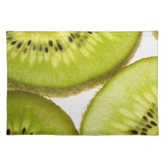 Cuatro pedazos de kiwi cortado manteles individuales