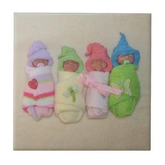 Cuatro pequeños bebés: Esculturas de arcilla del p Azulejo Cuadrado Pequeño