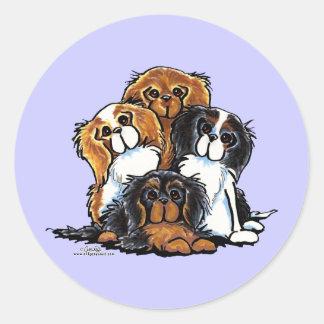 Cuatro perros de aguas de rey Charles arrogantes Etiqueta Redonda