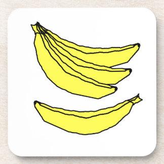 Cuatro plátanos amarillos posavasos de bebidas