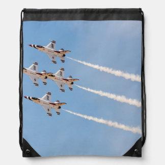 Cuatro Thunderbirds F-16 vuelan en la formación Mochila