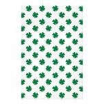 Cuatro tréboles de la hoja en verde papeleria
