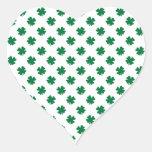 Cuatro tréboles de la hoja en verde pegatina en forma de corazón
