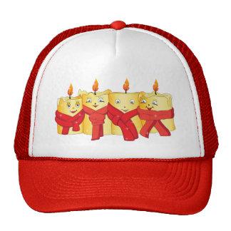 Cuatro velas de oro con las bufandas rojas gorro de camionero