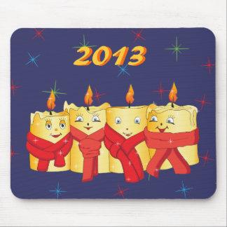 Cuatro velas de oro con las bufandas rojas alfombrilla de raton