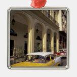 Cuba, La Habana. Chevy colorido a partir de los Adorno Navideño Cuadrado De Metal