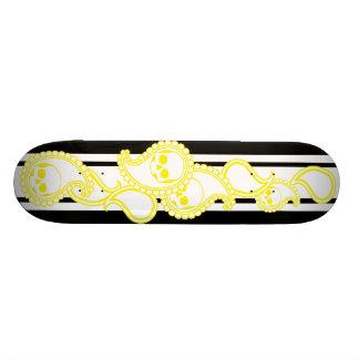 Cubierta (amarilla) del monopatín de la pira tabla de skate