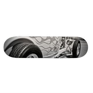 Cubierta de trabajo blanco y negro de la llama del tabla de patinar