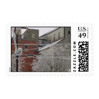 Cubierta del edificio industrial con nieve