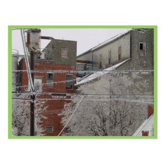 Cubierta del edificio industrial con nieve postal