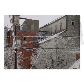 Cubierta del edificio industrial con nieve tarjetas